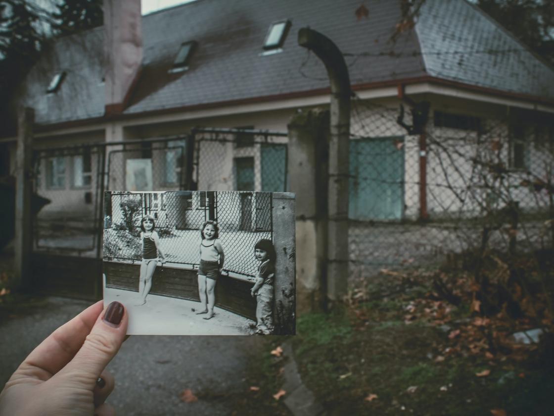 фотография детей на фоне реального дома