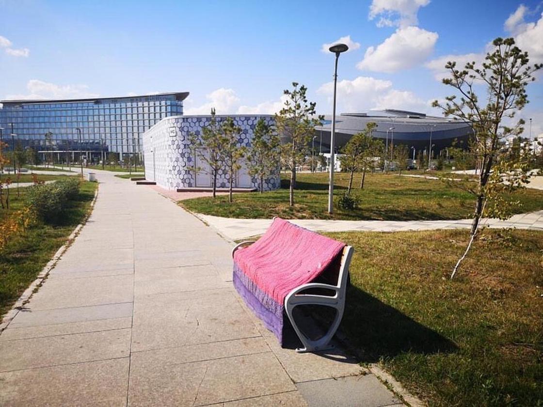 Колхозники добрались до ЭКСПО: астанчан ужаснули одеяла на лавках выставки (фото)