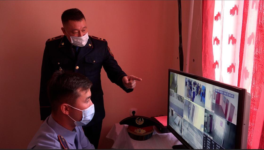 Полицейские за компьютером