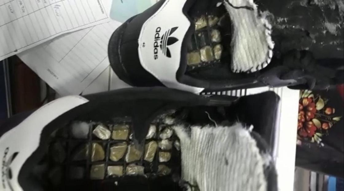 Алматинец пытался передать заключенному другу наркотики в кроссовках