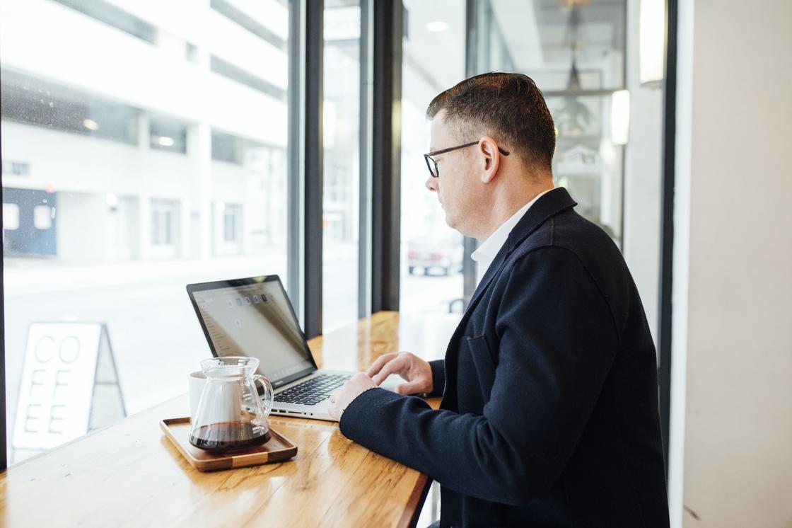 мужчина работает в кофейне