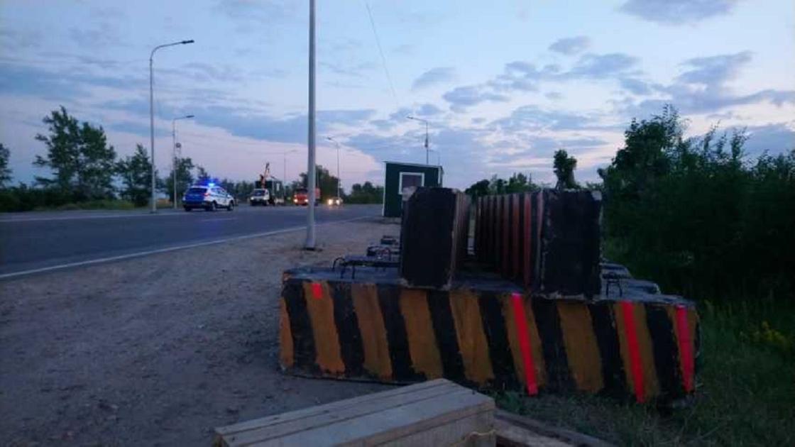 Қостанай облысындағы тас жолға блок-бекеттер қойылып жатыр (видео)