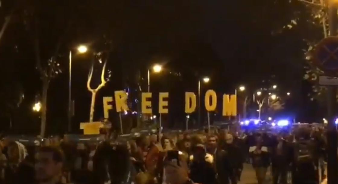 """Новая волна протестов охватила Каталонию во время футбольного матча """"Реал - Барселона"""""""