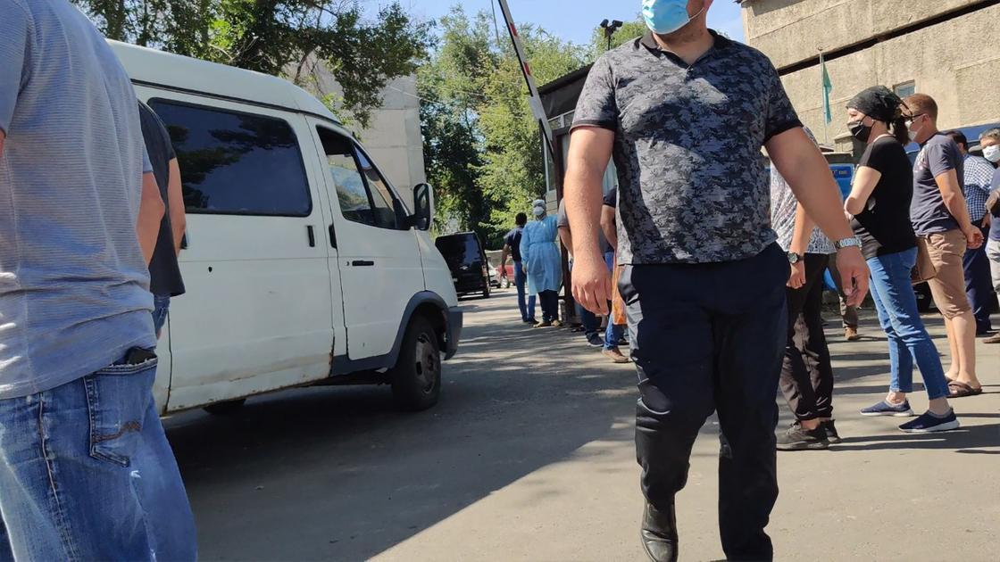 Очередь из ритуальных автомобилей и большое скопление людей: что происходит в морге Алматы