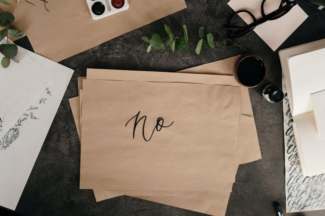 """Лист коричневой крафтовой бумаги с английской надписью """"no"""""""
