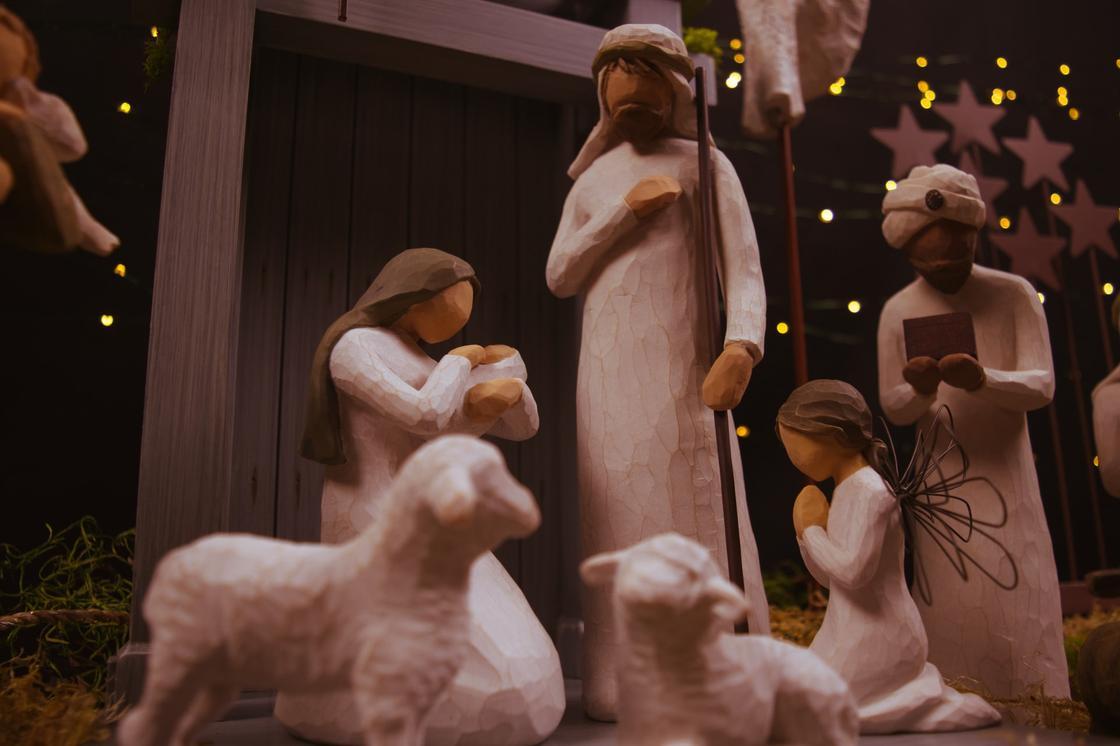 фигурки новорожденного Иисуса, Девы Марии и волхвов