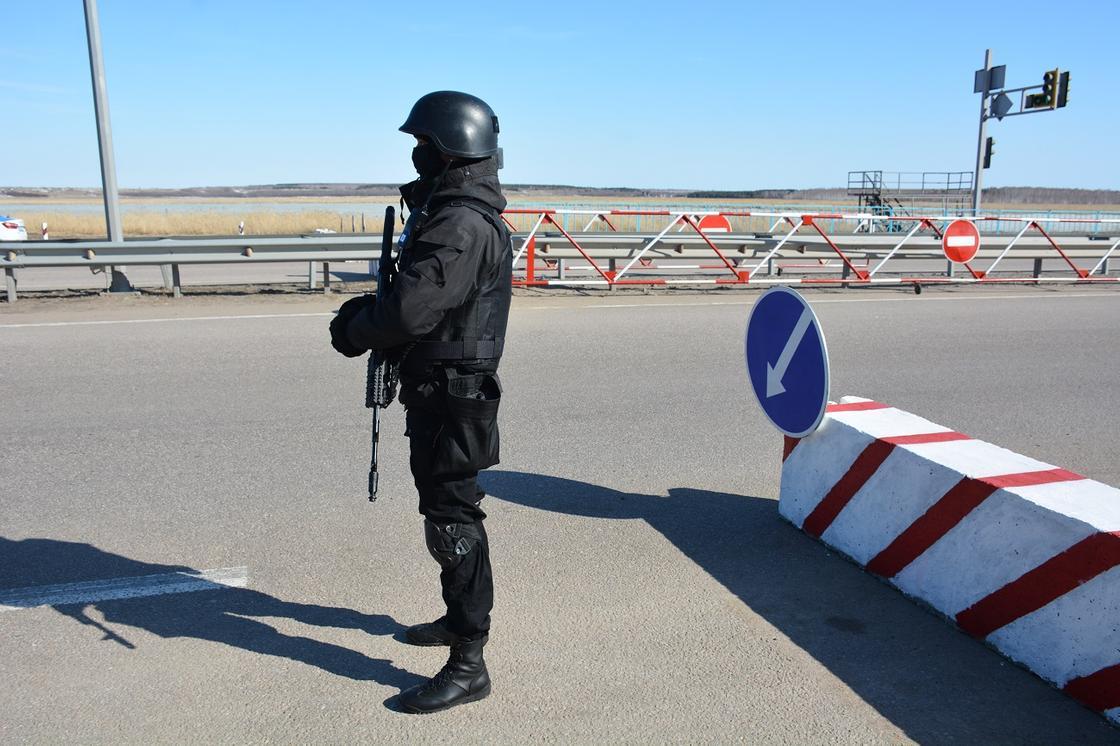 Акмолинец перевозил людей за 20 тыс. тенге через блокпосты