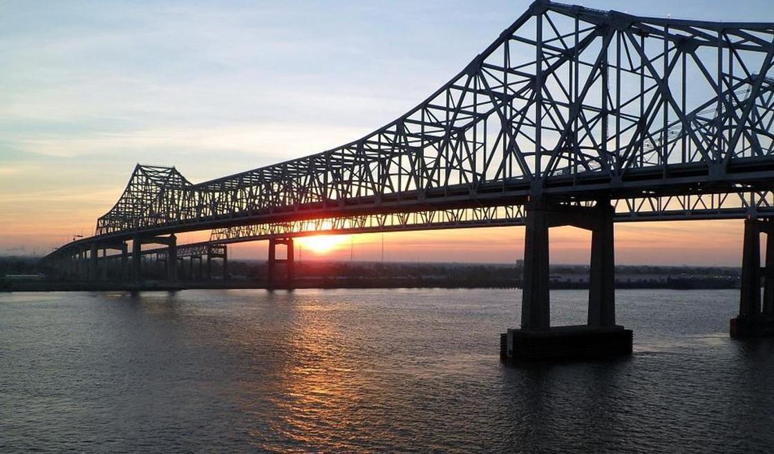 Мать выбросила двух дочерей с моста