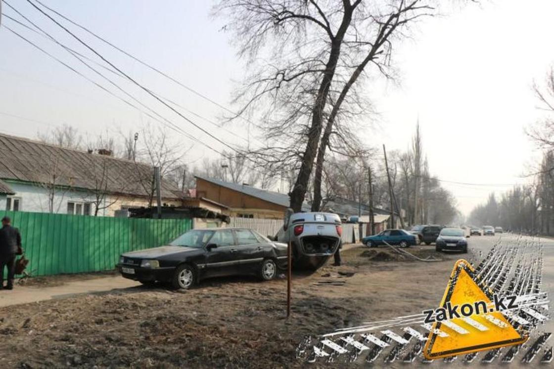 Авто перевернулось: девушка с ребенком попали в ДТП под Алматы (фото)