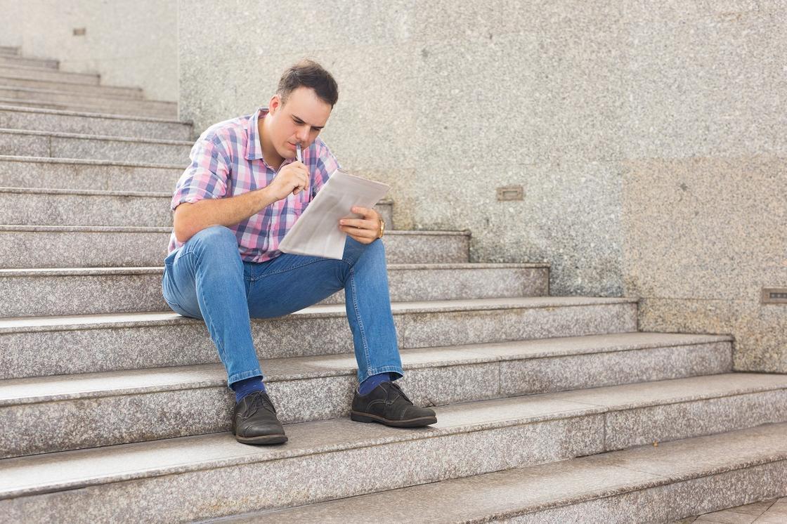 Мужчина читает газету