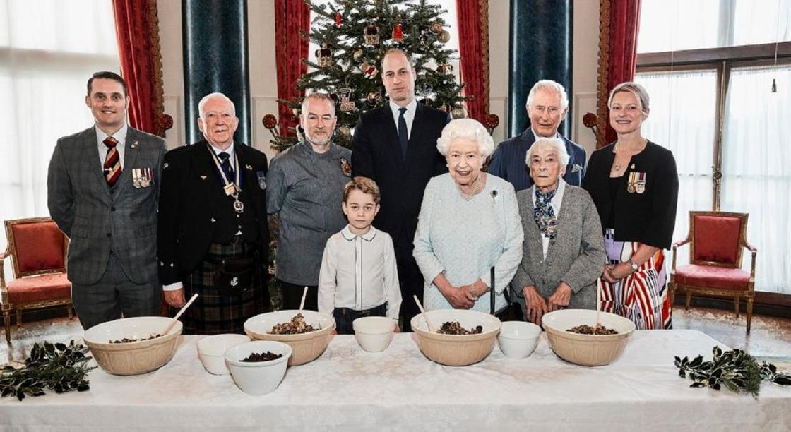 Королевская семья готовит рождественский пудинг: что можно узнать из этих фотографий?