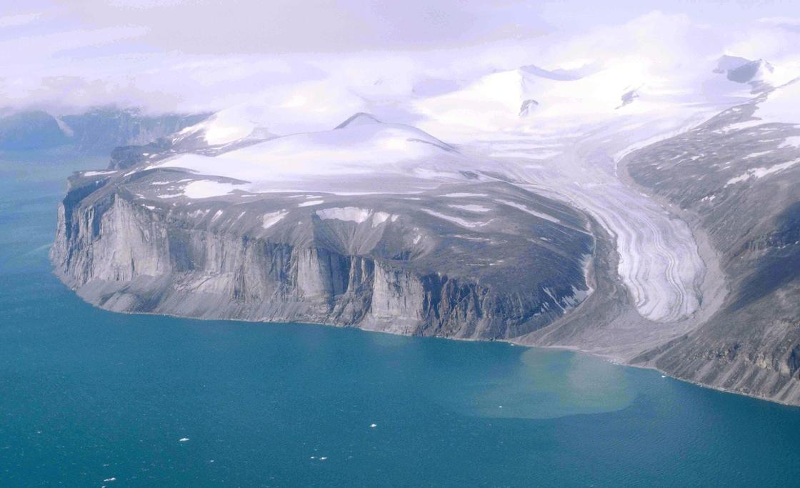 Ледник сползает в море