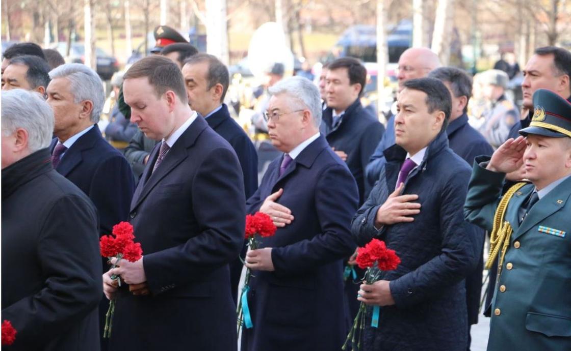 Тоқаев, Мәсімов және Тасмағамбетов Мәскеудегі мәңгі алау алдында бас иді (фото)