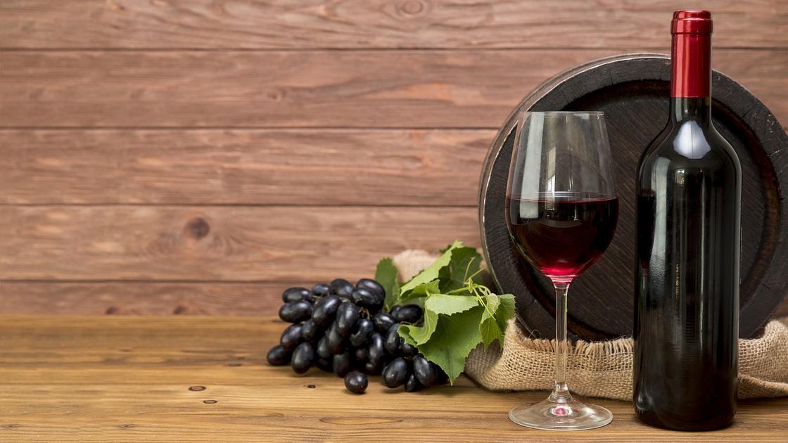 Вино в бокале, виноград, бутылка вина