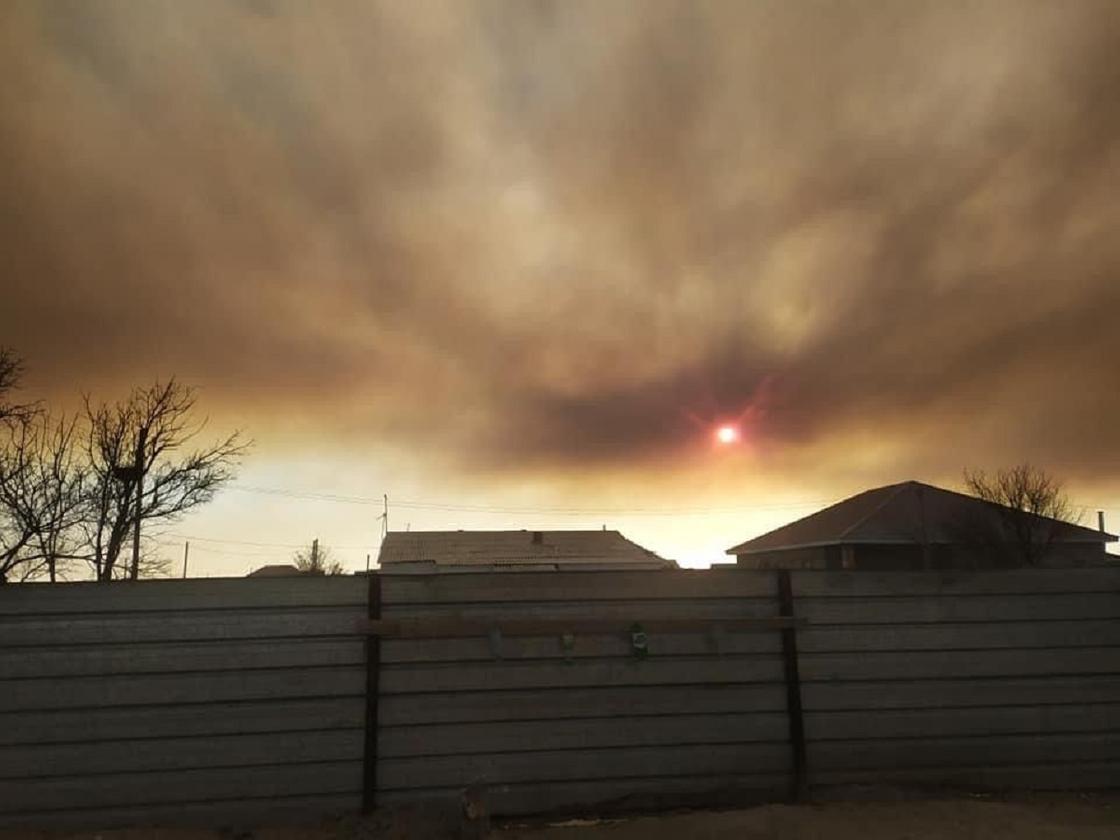 Небо заволокло дымом от пожара на побережье Каспия