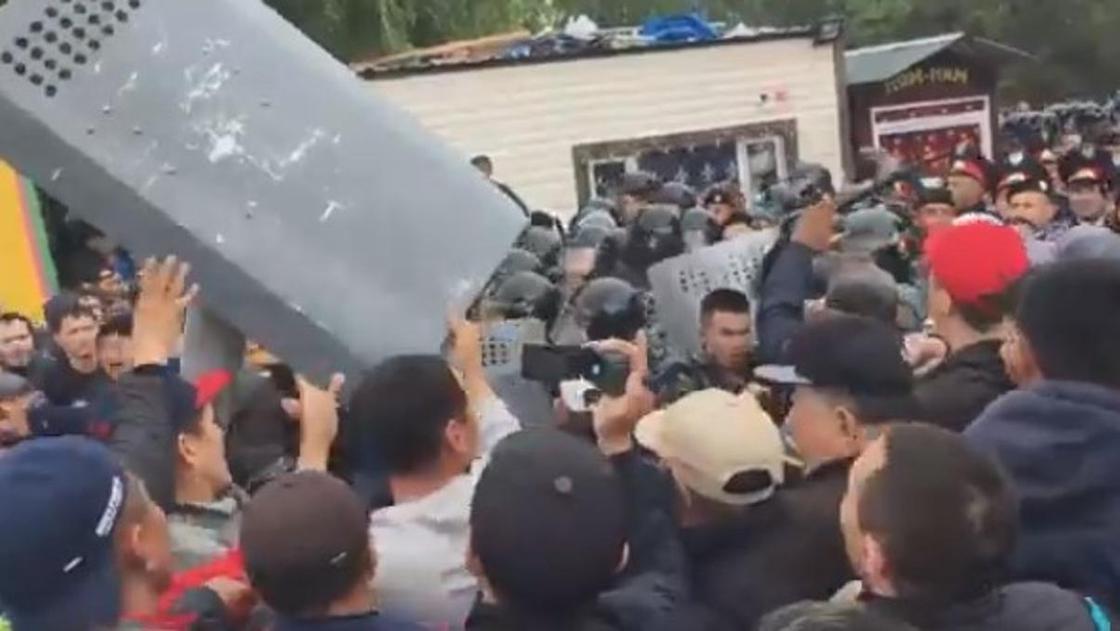 """""""Это был камень или кирпич"""": пострадавший полицейский о митинге в Нур-Султане"""