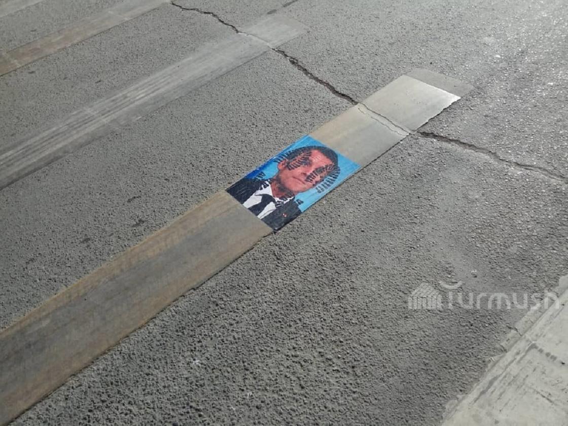Плакаты с фотографией Эммануэля Макрона в Оше