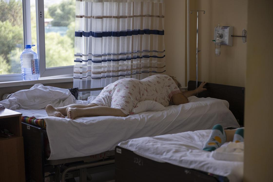 Женщина лежит в палате