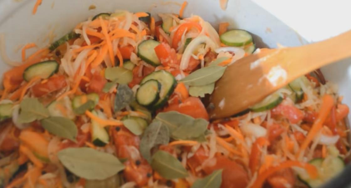 Овощная масса в большой посуде