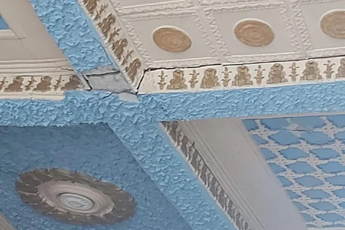 Потолок на автовокзале в Усть-Каменогорске