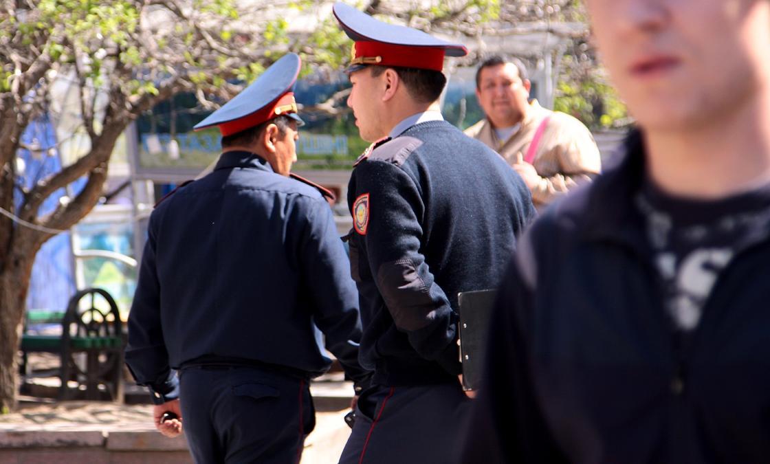 """""""Били палками, камнями и арматурой"""" - Тургумбаев о том, как на митингах нападали на полицейских"""