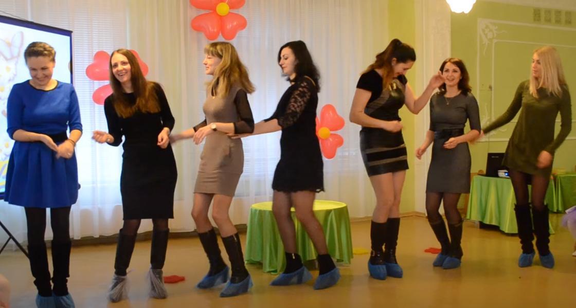 Девушки участвуют в конкурсе