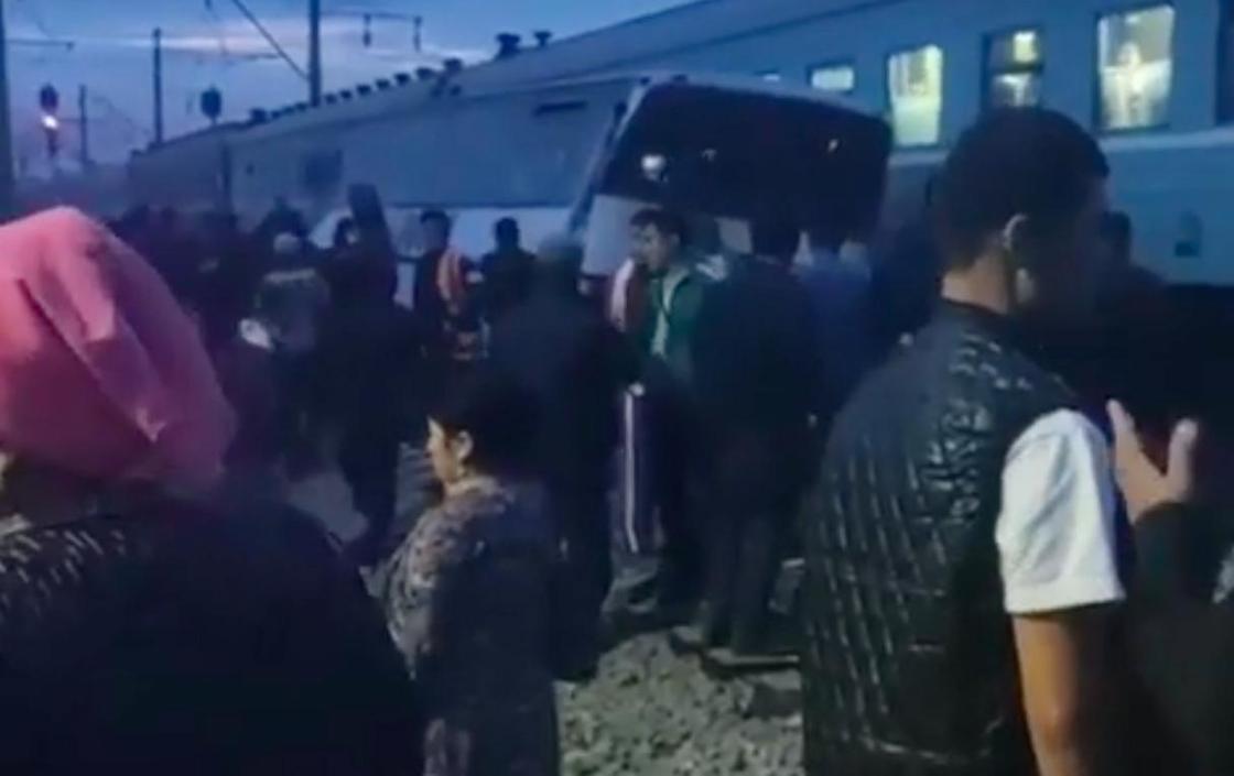 """""""Дорогой смерти"""" назвали местные жители переезд, где произошла авария с поездом на Шамалгане"""