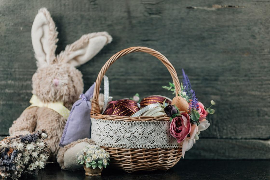Пасхальная корзина с декором и плюшевым зайцем