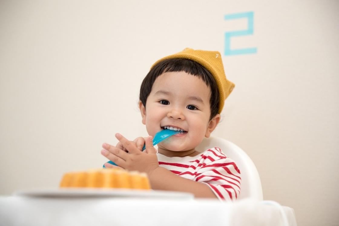 Ребенок на стульчике для кормления