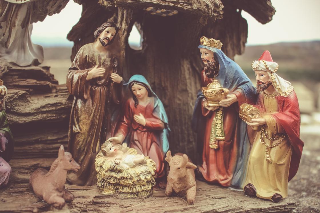 рождественская инсталляция с Иисусом, Девой Марией и волхвами