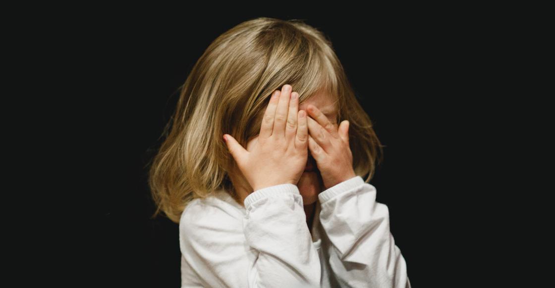 Карагандинка заявила, что отчим бросил стулом в лицо ее 6-летней племяннице