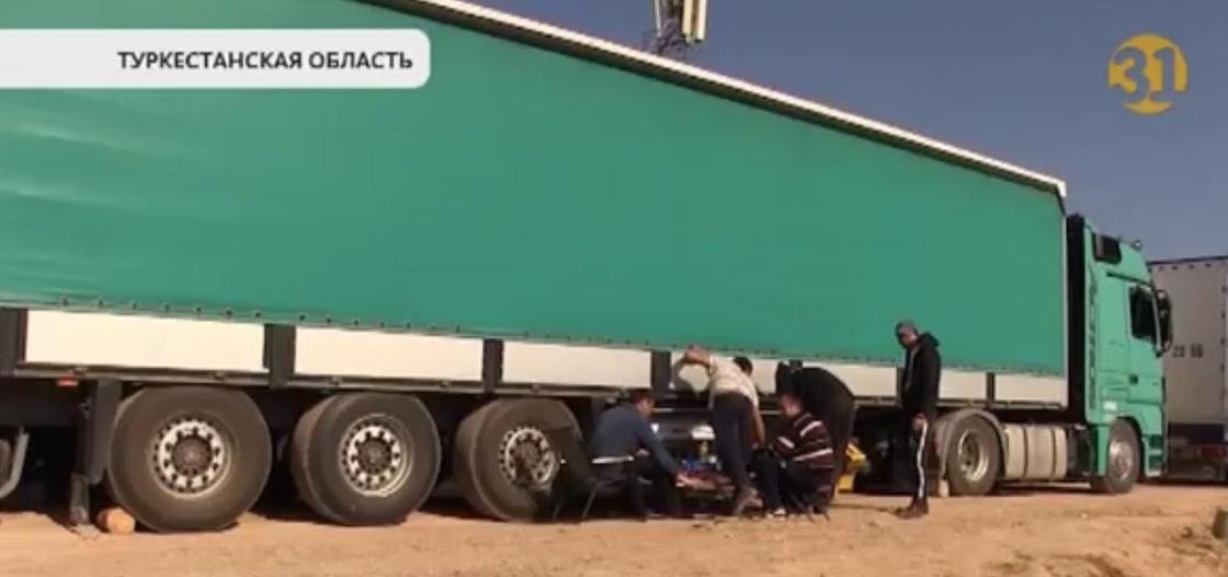 """""""Здесь драка была"""": большие очереди из фур образовались на казахстанско-узбекской границе"""