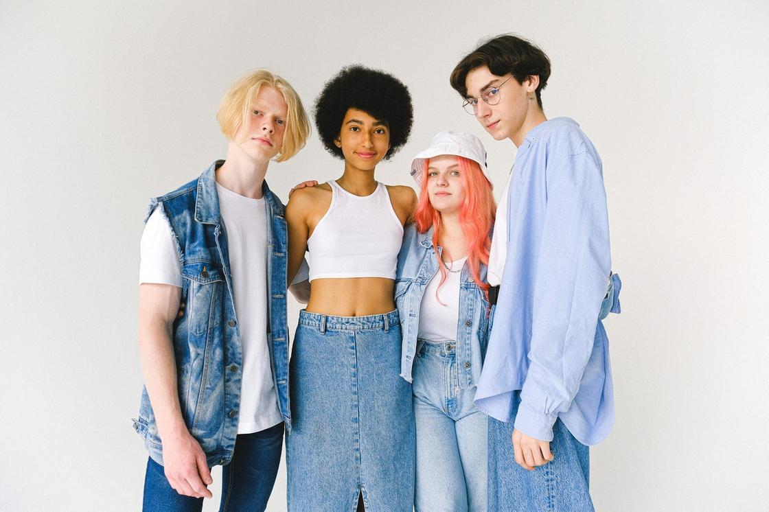девушки и парни в джинсовой одежде
