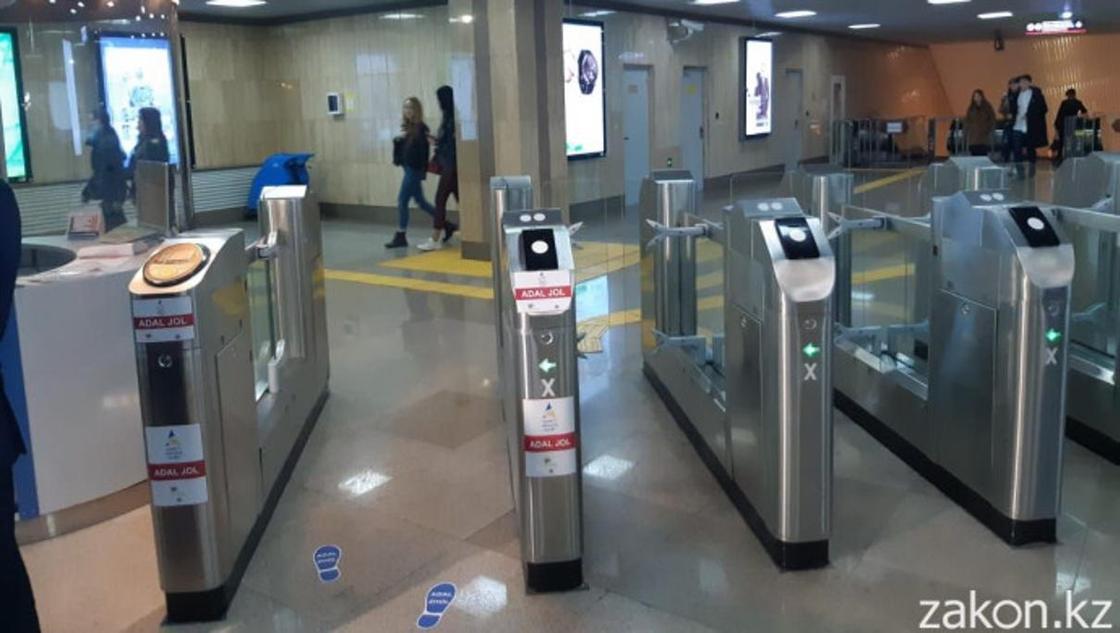 Как алматинцев проверяют на честность в метро (фото, видео)
