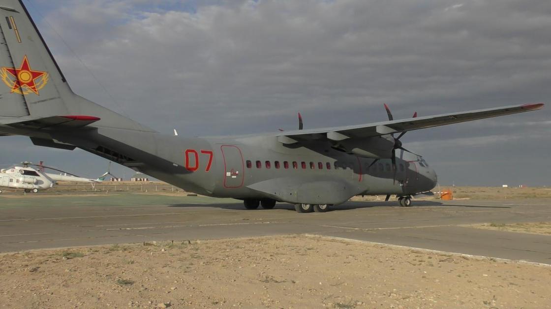 военный самолет стоит на взлетном поле