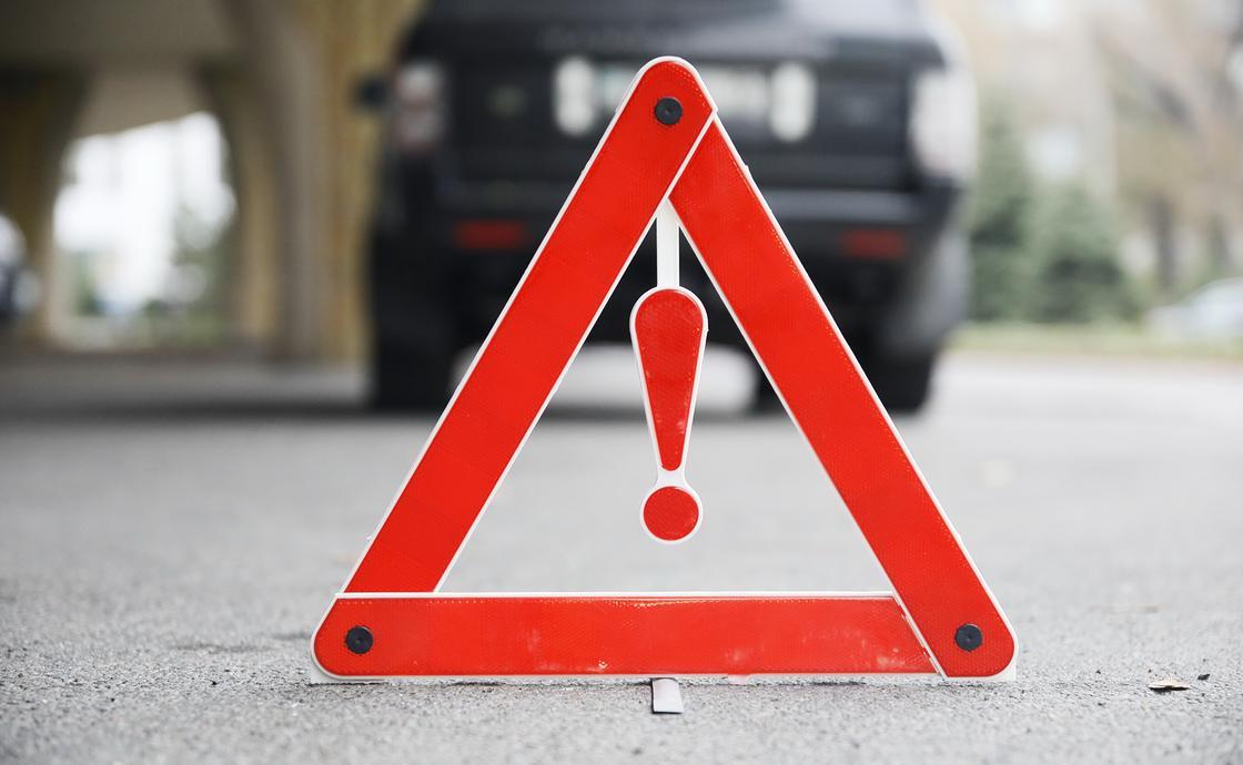 Двоих полицейских сбило машиной на трассе в Жамбылской области