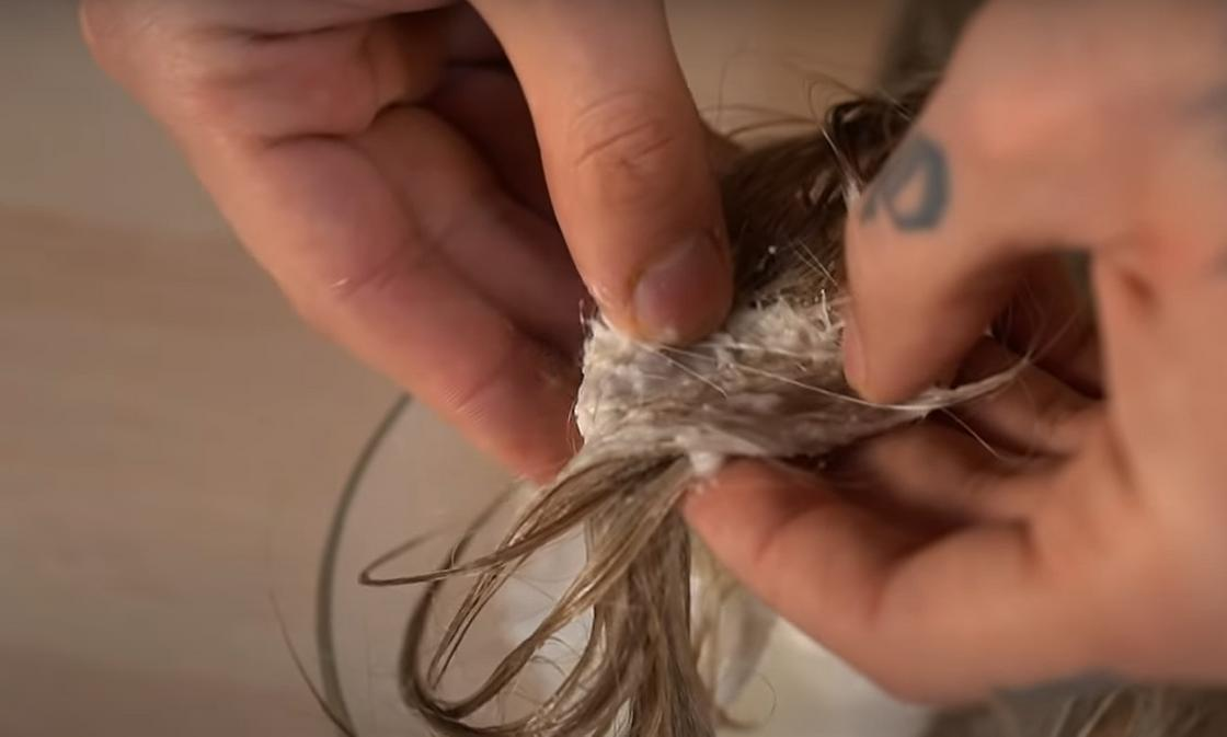 Нанесение содового раствора на поврежденный участок волос