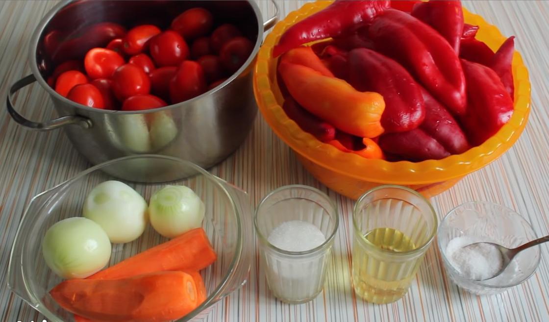Помидоры, перец, морковь, лук и другие ингредиенты для лечо