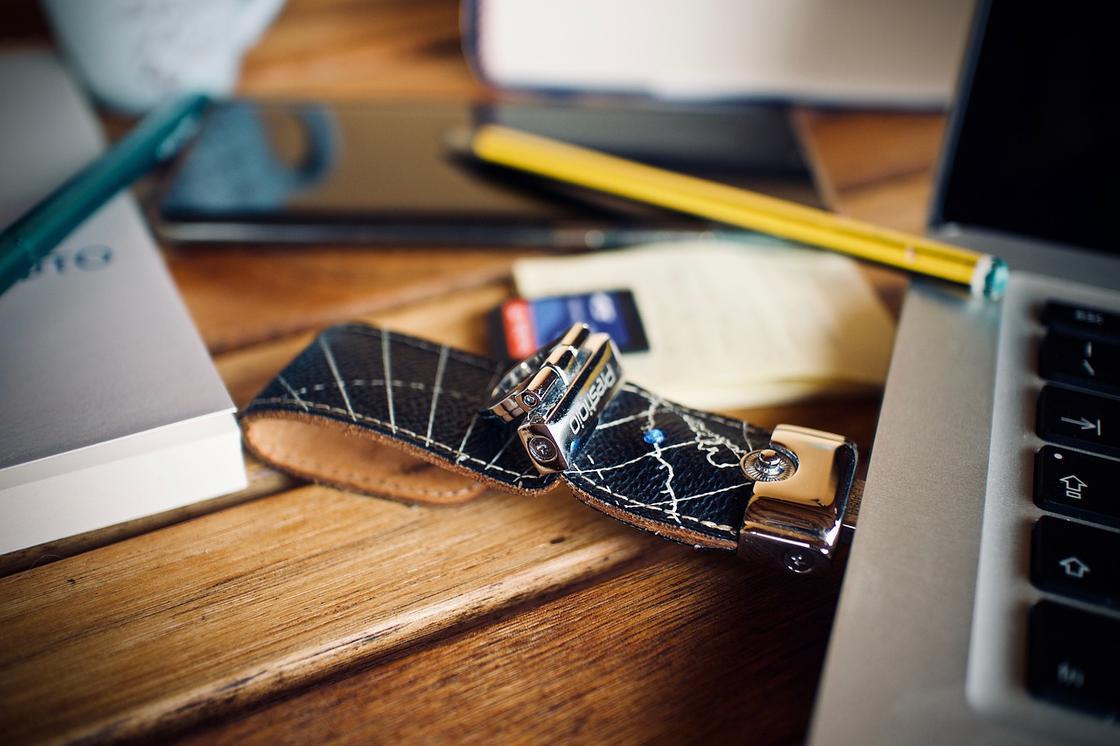 Подключенная к ноутбуку флешка