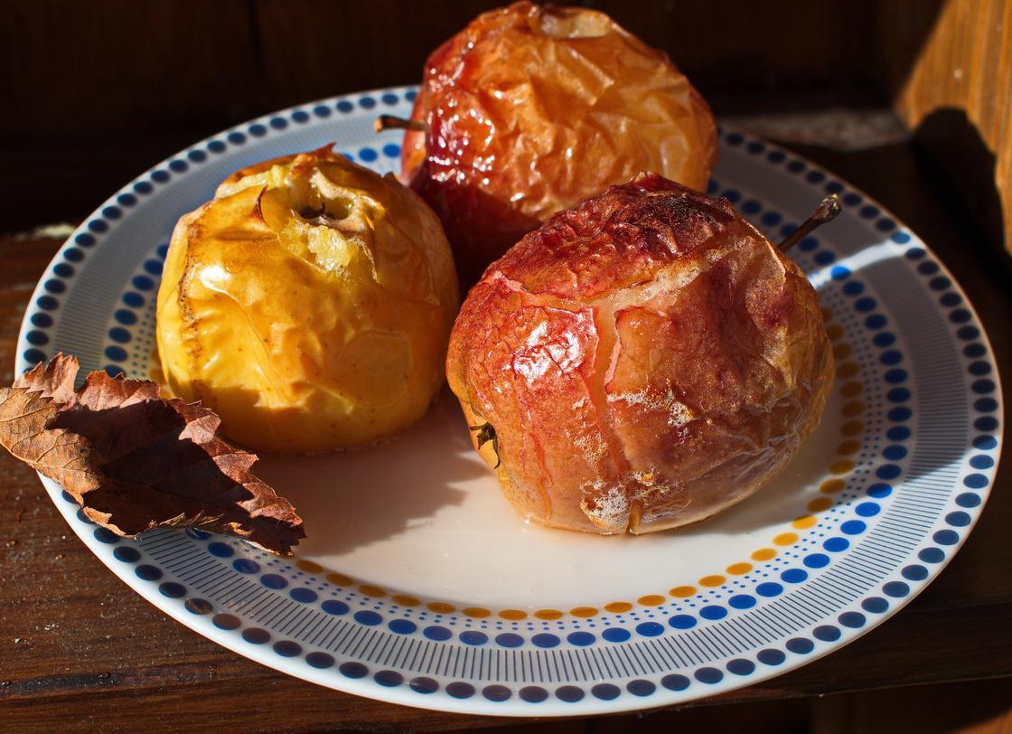 Печеные яблоки на тарелке