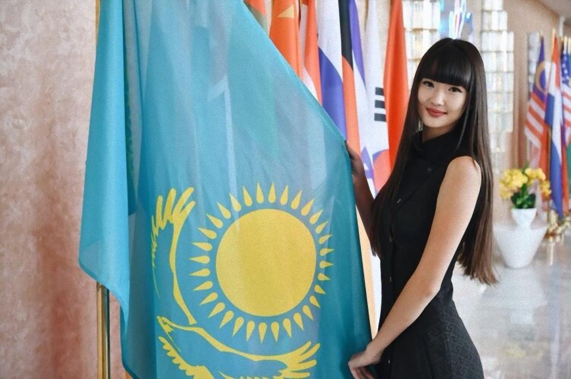 Сабина Алтынбекова возле флага РК