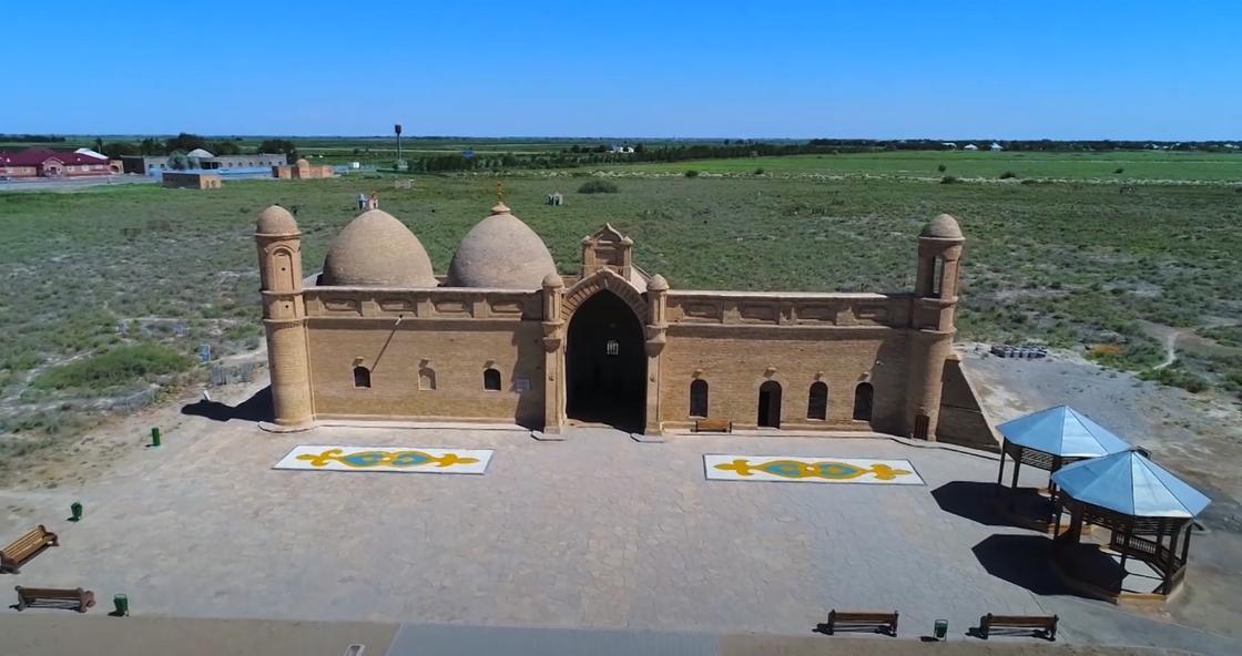Древний мавзолей в Казахстане