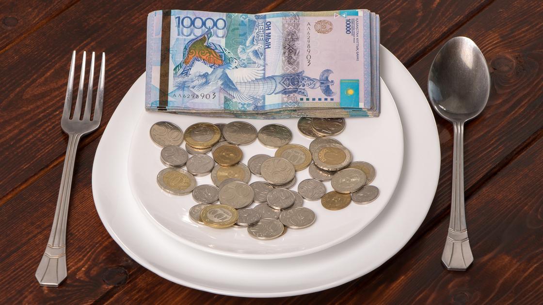 На кухонной тарелке лежат деньги