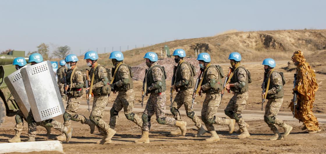 Миротворцы бегут с оружием