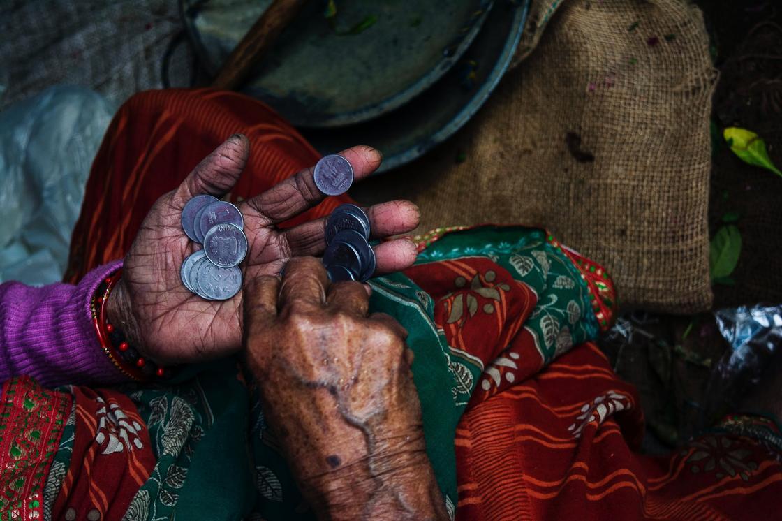 Грязные женские руки с серебряными монетами