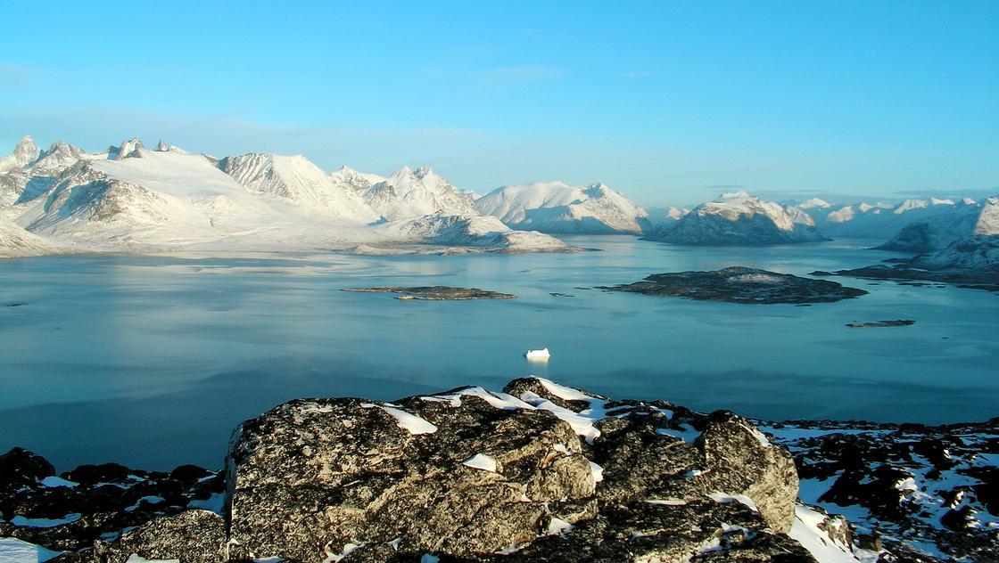 Море и горы в снегу