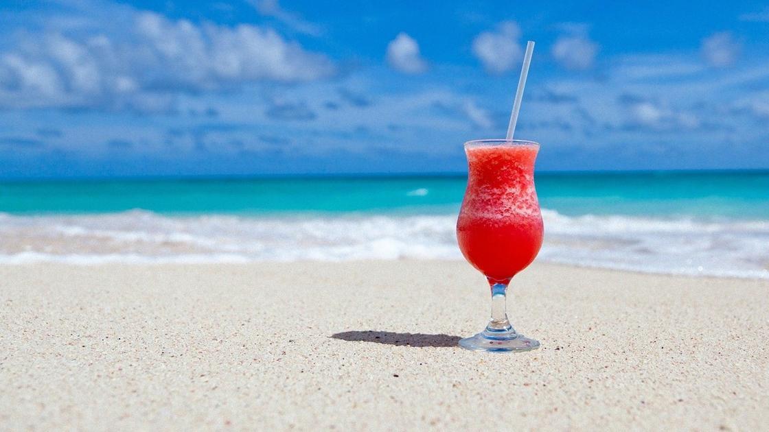 Коктейль в бокале харрикейн на песке