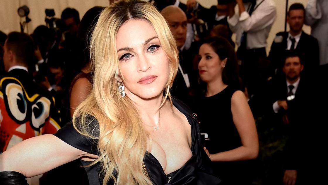 Мадонна с распущенными волосами в черном платье