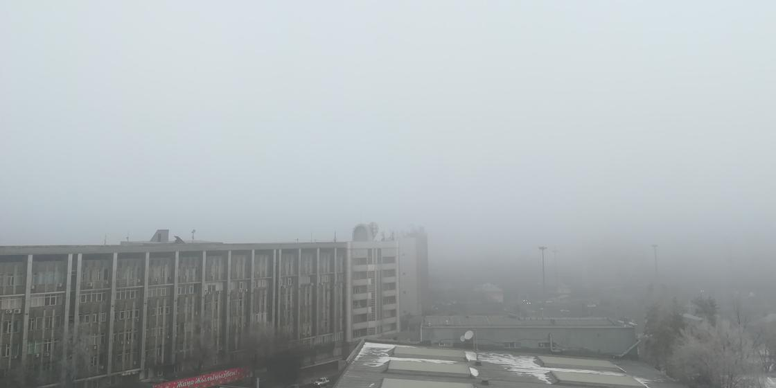 «Чувствую себя, как в фильме ужасов»: несколько дней держится туман в Алматы