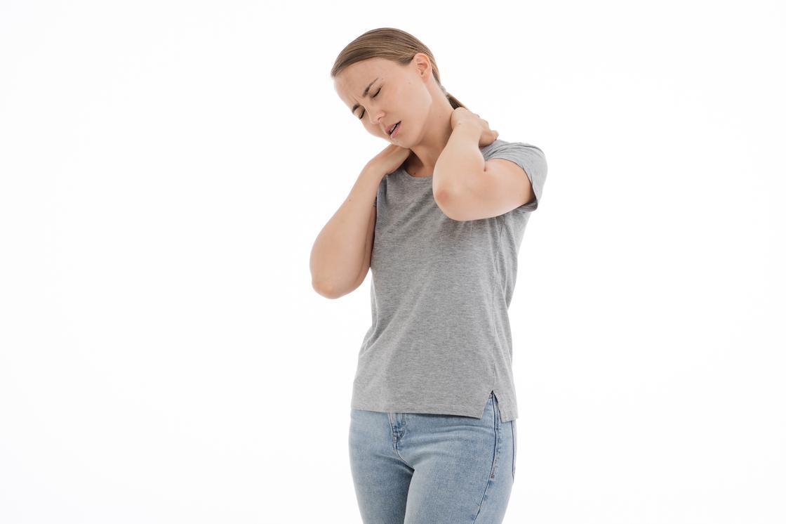 Девушка держится за больную шею